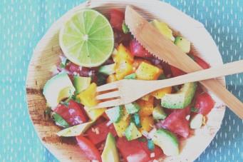 Zomerse salsa van avocado tomaat en mango