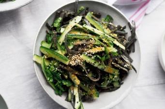 Salade van zeewierspaghetti met sesam-tahindressing