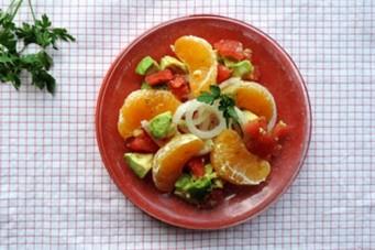 Salade van zoete ui, sinaasappel en avocado