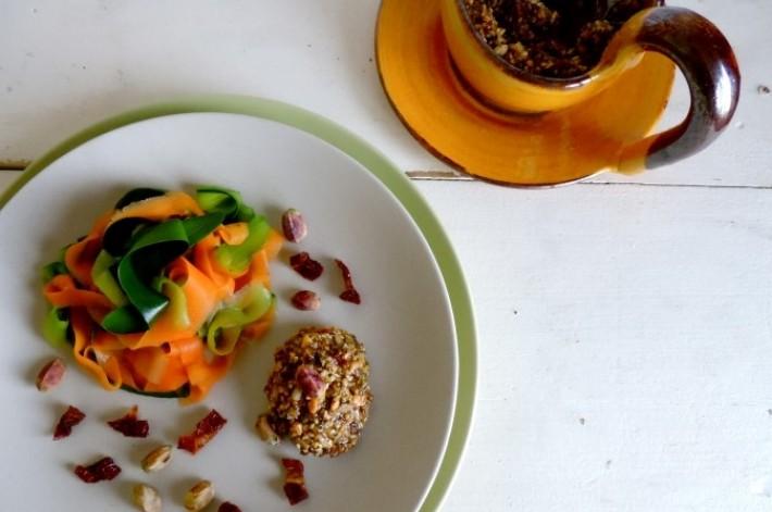 Tagliatelle van courgette en wortels met notensaus