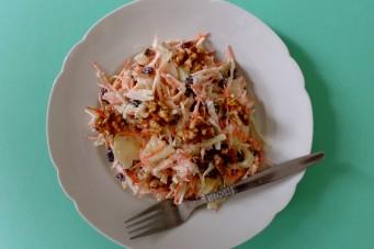Salade van witte kool, wortelen en appel