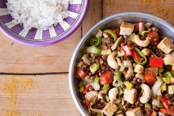 Linzencurry met tofu en cashewnoten