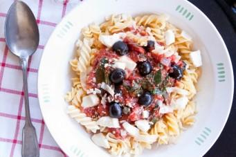 Pasta met romige tomatensaus en snijbiet of spinazie